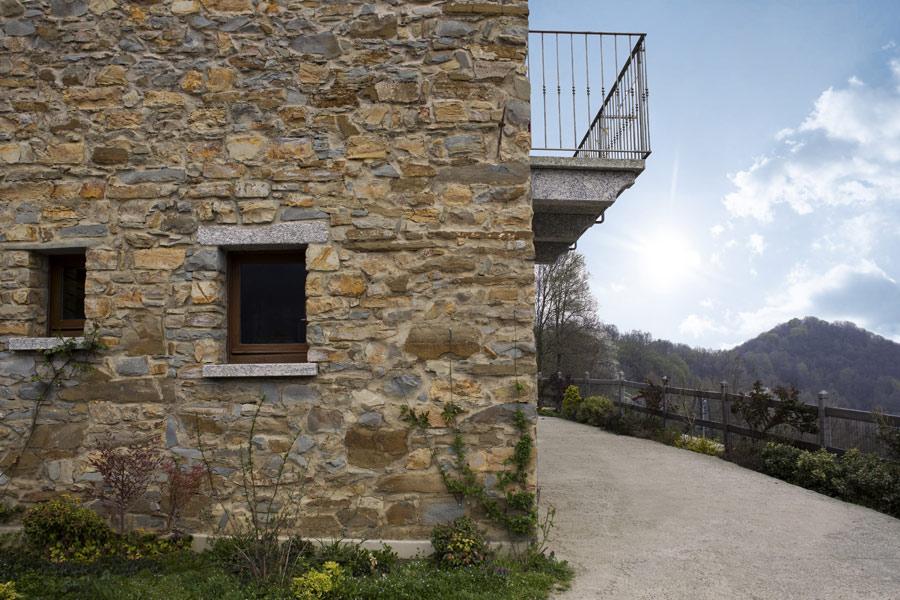 dettaglio casa in montagna con stufa maiolica