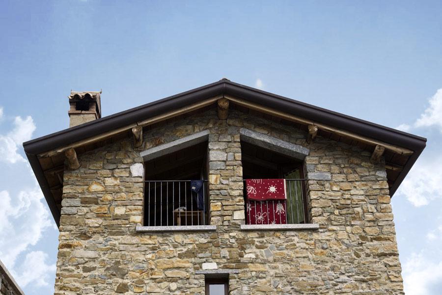 casa con stufa in maiolica
