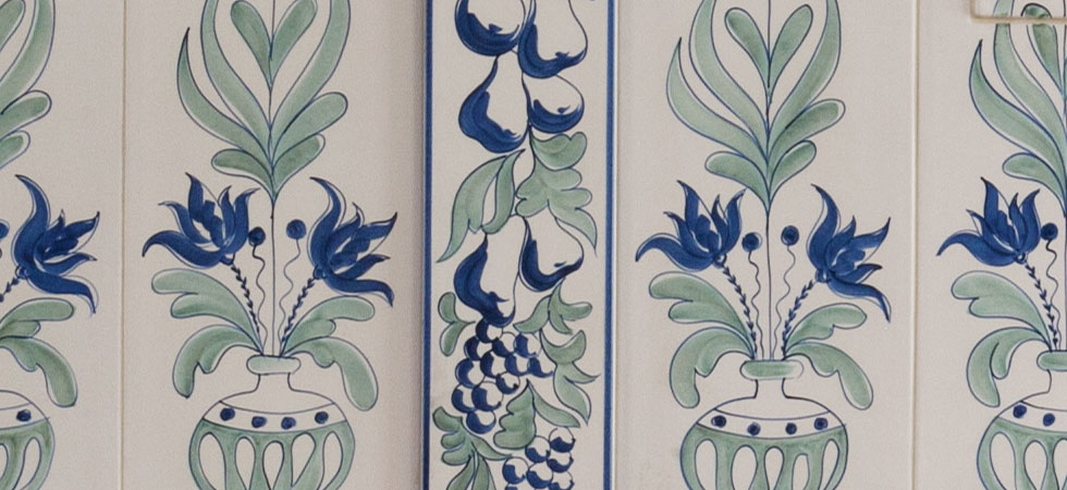 ceramica maiolica decorata stufe tirolesi